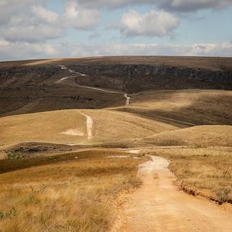 セラダカナストラのオープンフィールドの小道-ブラジル