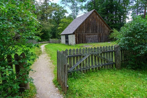 古い丸太小屋に通じる森の中の小道。