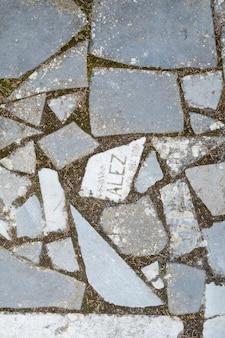 묘지의 매장 무덤에서 부서진 오래된 묘비 조각으로 만든 길