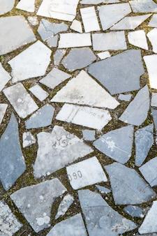 묘지의 묘비 조각으로 만든 길