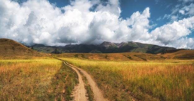 山を通る小道トレッキング登山道