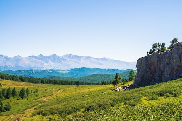 Путь к гигантским горам через зеленую долину и лес.