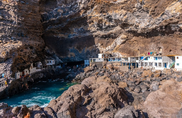 ラパルマ島の北西海岸のポリスデカンデラリアの町にある洞窟への道