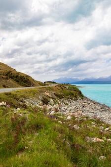 남 알프스로가는 길 뉴질랜드 남섬 푸 카키 호숫가를 따라 구불 구불 한 고속도로