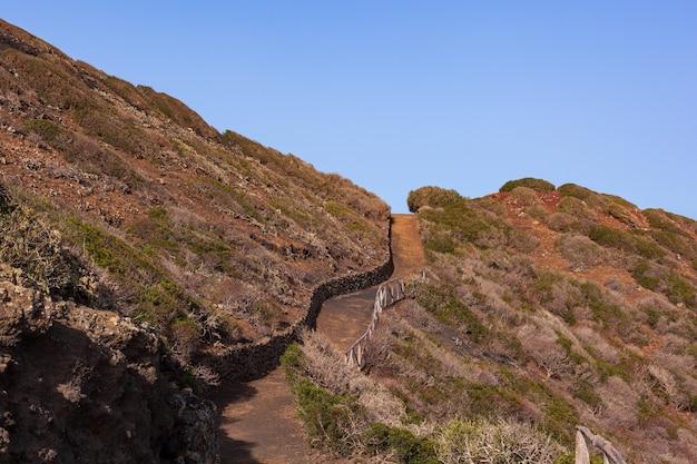 リノザ島のモンテネロ火山への道。溶岩石で造られた乾いた石の壁のある特徴的な田舎道