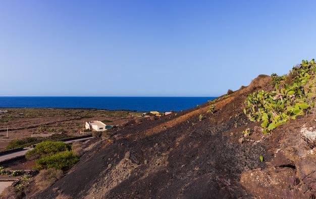 Путь к вулкану монте-неро де линоза. характерная проселочная дорога с сухой каменной стеной, построенной из лавовых камней.
