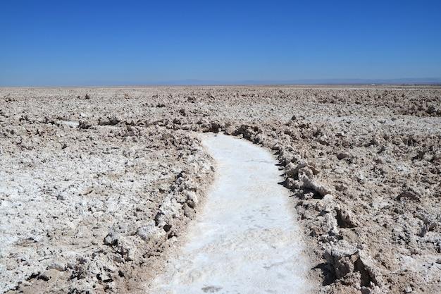 Путь среди удивительного салар-де-атакама, чилийской солончаки на севере чили