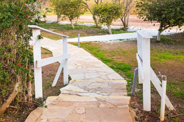 정원의 통로, 벽돌 통로가 있는 녹색 잔디, 정원 조경 디자인.