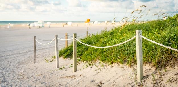 Путь к пляжу в майами флорида с океаном