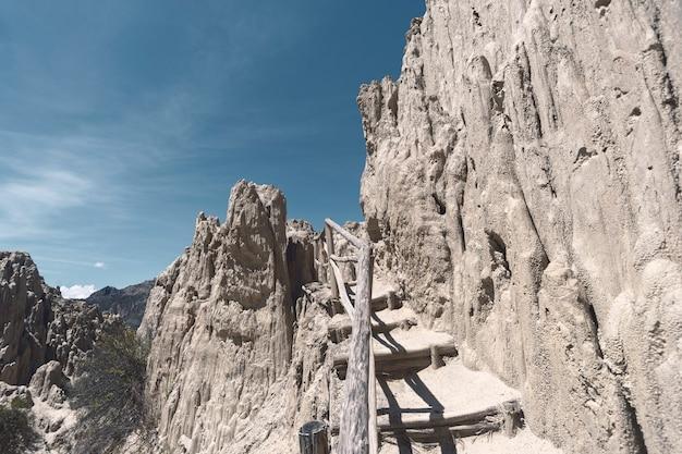 Тропа с деревянными перилами между песчаными скалами в лунной долине недалеко от города ла-пас в боливии