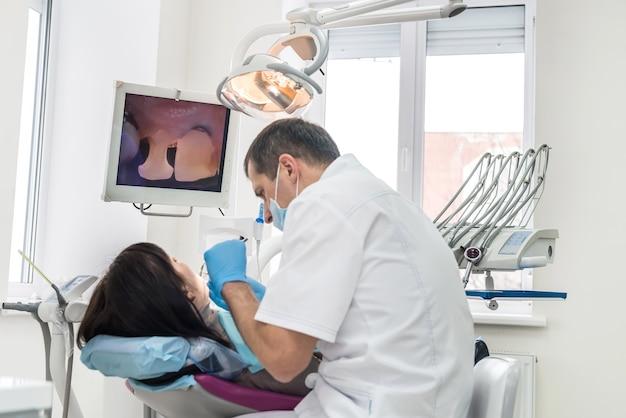 歯科で画面を見ている患者と歯科医