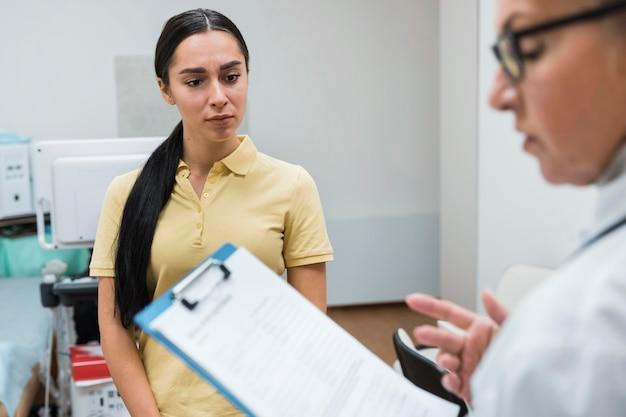 診断について話している患者と医師