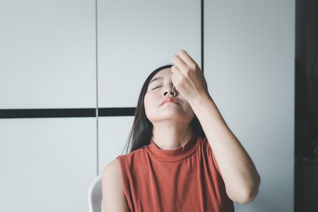 집에서 코비드-19를 확인하기 위해 비강 면봉 자가 테스트 빠른 항원 테스트 키트를 하는 환자 아시아 여성