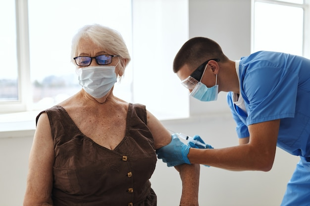 Пациент в больнице на приеме у врачей паспорт вакцинации covid