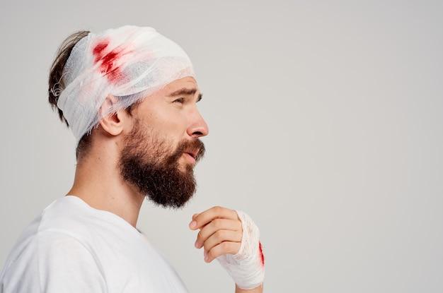환자 붕대 머리와 손 혈액 치료