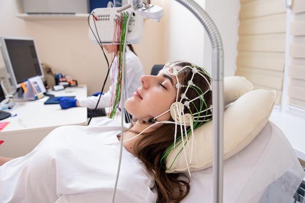 의료 센터에서 뇌파 검사를 사용한 환자 뇌 검사