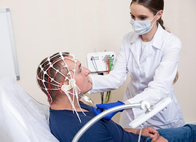 Тестирование мозга пациента с помощью энцефалографии в медицинском центре
