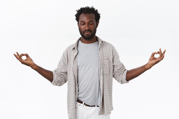 Uomo afroamericano bello paziente e calmo con la barba
