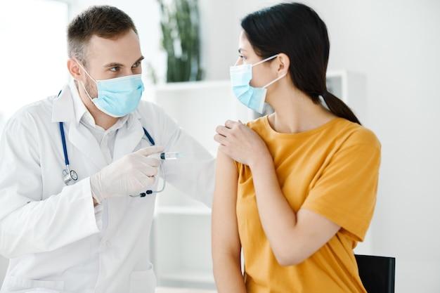 환자가 코로나 19 예방 접종 및 의료용 마스크를 위해 병원에 왔습니다.
