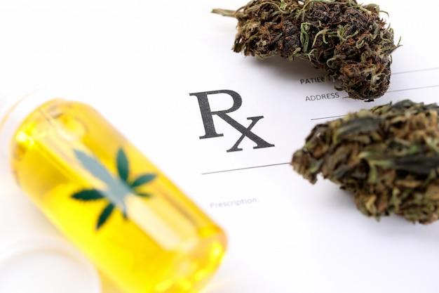 患者カードの書類と大麻の準備