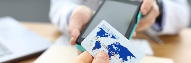 환자 진료소는 의사 신용 카드로 계산됩니다.