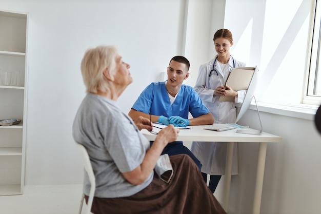환자는 병원에서 의사 및 간호사 조수와 의사 소통합니다.
