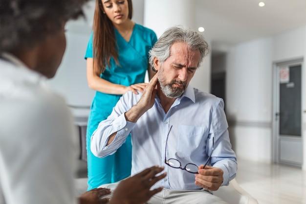 Пациент жалуется врачу на боли в шее и другие симптомы.