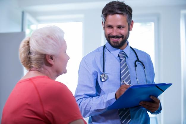 Пациент консультации с врачом