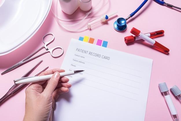 机の上の患者医師カード