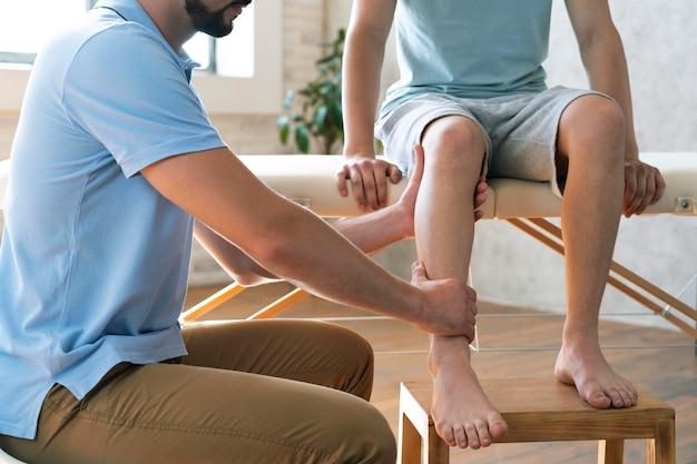 물리 치료를 하는 환자를 닫습니다.
