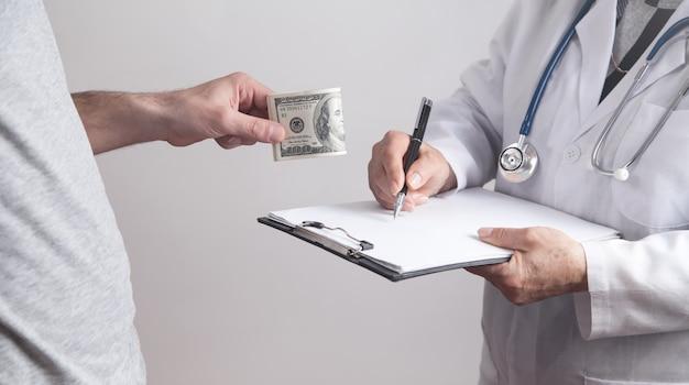 병원에서 의사에게 뇌물을주는 환자.