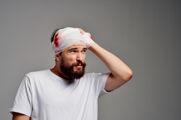 환자의 머리와 팔 부상 건강 문제 밝은 배경