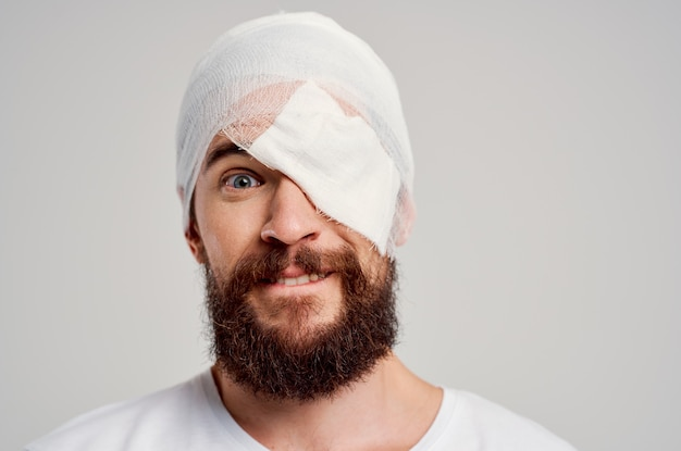 患者の頭と腕の怪我の健康問題の治療