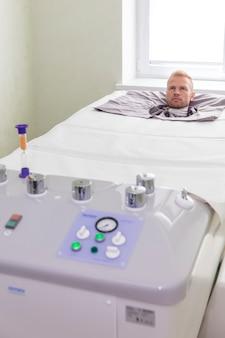 Пациент в камере под давлением.