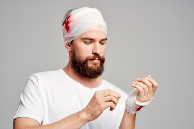 흰색 티셔츠 외상 건강 진단 밝은 배경에 있는 환자. 고품질 사진