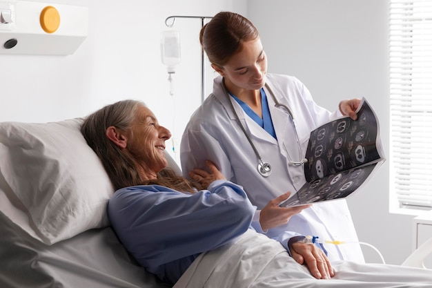의사에 게 이야기하는 침대에서 환자