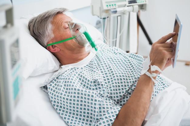 병원 병동에서 독서하는 침대에 누워있는 환자