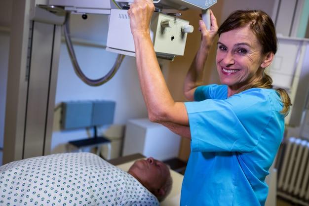 엑스레이 기계에 누워있는 환자