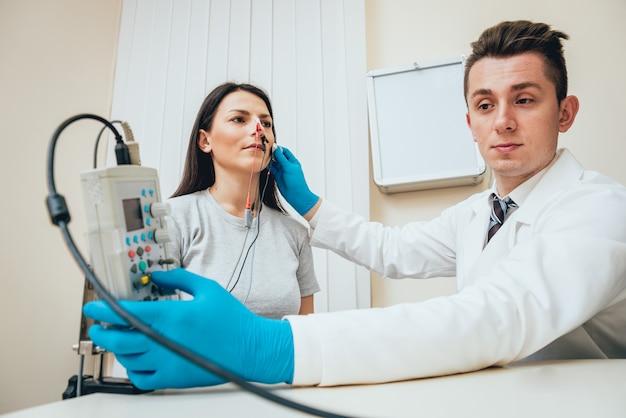 Нервы пациента проверяются с помощью электромиографии.