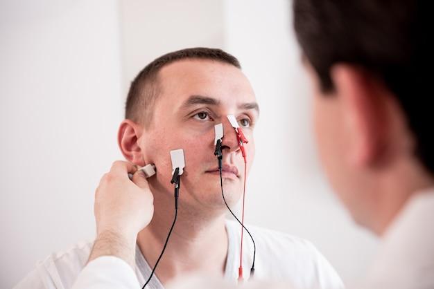 의료 센터에서 근전도를 이용한 환자 신경 검사