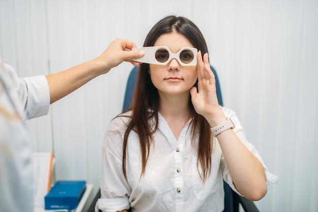 Пациент на диагностике зрения, кабинет оптика