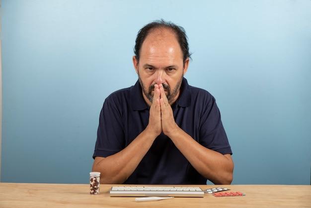 薬が彼の病気を改善することを祈っている患者