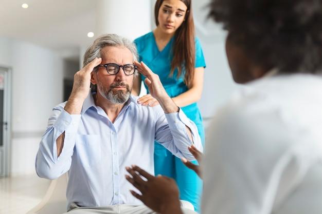 患者は悪い知らせを受け、必死になって泣き、医師のサポートと同情で患者を慰めています。