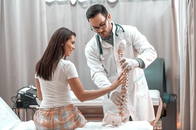 脊椎モデルで痛みを感じる患者。