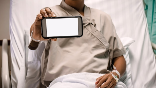 병원에서 스마트 폰 모니터를 보여주는 환자