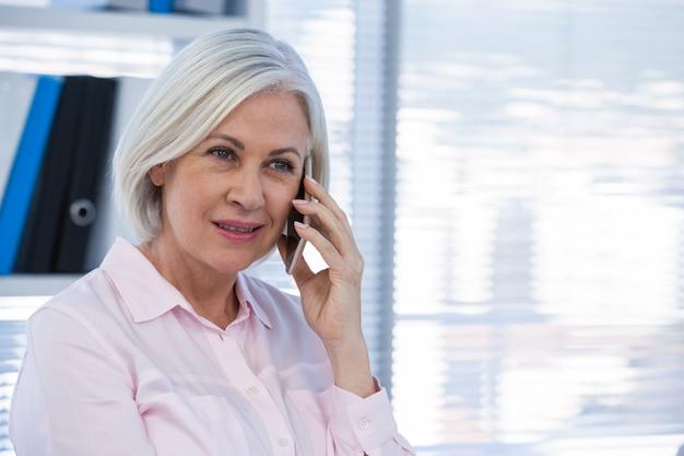 携帯電話で話している患者