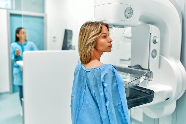 환자가 유방 조영술 검사를 받고 있습니다.