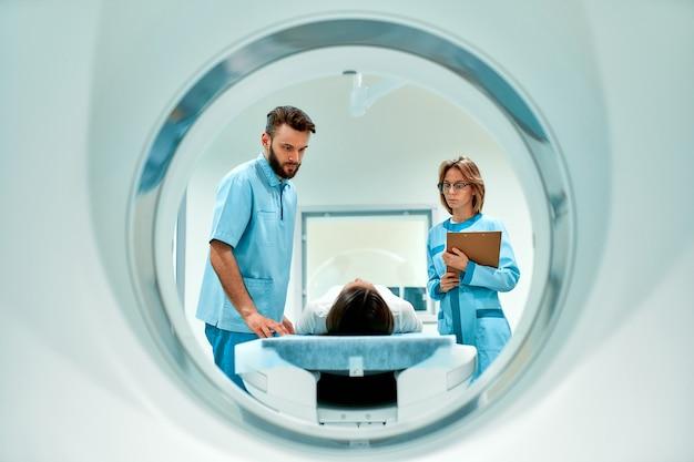 환자는 방사선 전문의의 감독하에 mri 또는 ct 스캔을받습니다.