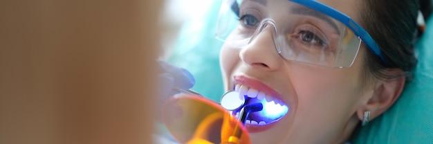 Пациент посещает стоматолога для регулярного осмотра и пломбирования зубов крупным планом