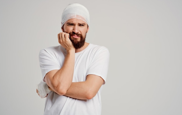 Пациент с перевязанной головой